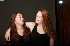 Amigos adolescentes femeninos en estudio Imágenes de archivo libres de regalías