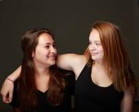 Amigos adolescentes femeninos en estudio Fotografía de archivo