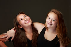 Amigos adolescentes femeninos en estudio Fotos de archivo libres de regalías