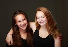 Amigos adolescentes femeninos en estudio Imagenes de archivo