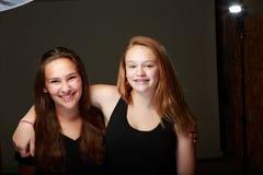 Amigos adolescentes femeninos en estudio Foto de archivo libre de regalías