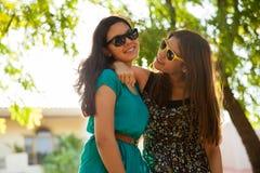 Amigos adolescentes frescos en un parque Imágenes de archivo libres de regalías