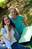 Amigos adolescentes novos da faculdade que estudam junto imagens de stock
