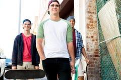 Amigos adolescentes que caminan en la calle Fotos de archivo