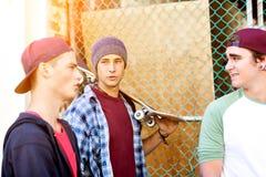 Amigos adolescentes que caminan en la calle Fotos de archivo libres de regalías