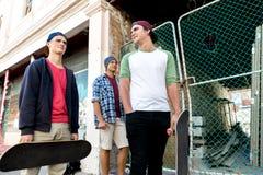 Amigos adolescentes que caminan en la calle Foto de archivo