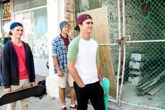 Amigos adolescentes que caminan en la calle Imágenes de archivo libres de regalías