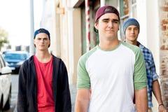 Amigos adolescentes que caminan en la calle Foto de archivo libre de regalías