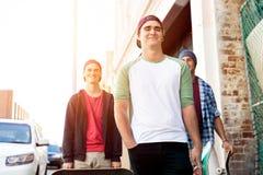 Amigos adolescentes que caminan en la calle Fotografía de archivo