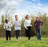 Amigos adolescentes que compiten con al aire libre Imagen de archivo