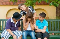Amigos adolescentes que consuelan y que apoyan al amigo Foto de archivo libre de regalías