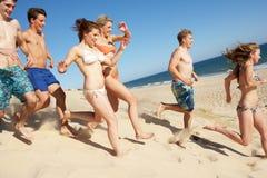 Amigos adolescentes que disfrutan de día de fiesta de la playa Imagenes de archivo