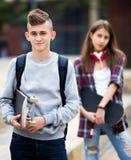 Amigos adolescentes que hacen cosas para arriba después de pelea Imagen de archivo libre de regalías