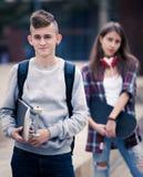 Amigos adolescentes que hacen cosas para arriba después de pelea Fotografía de archivo libre de regalías