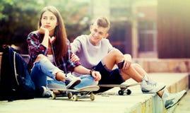 Amigos adolescentes que hacen cosas para arriba después de pelea Imágenes de archivo libres de regalías