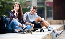 Amigos adolescentes que hacen cosas para arriba después de pelea Imagenes de archivo