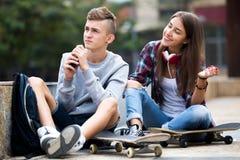Amigos adolescentes que hacen cosas para arriba después de pelea Fotos de archivo libres de regalías
