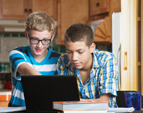 Amigos adolescentes que hacen la preparación Foto de archivo libre de regalías