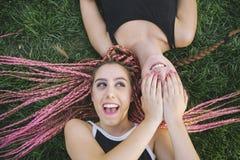 Amigos adolescentes que jogam para surpreender-se Imagens de Stock Royalty Free