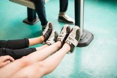 Amigos adolescentes que llevan los zapatos en el club de los bolos Fotografía de archivo