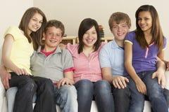 Amigos adolescentes que relaxam em casa fotos de stock