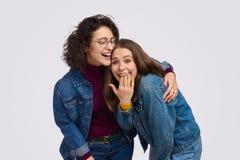 Amigos adolescentes que riem e que abraçam fotos de stock royalty free