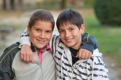 Amigos adolescentes que se abrazan Imagenes de archivo