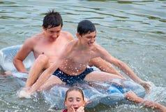 Amigos adolescentes que se divierten en el agua Imagen de archivo