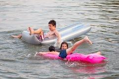Amigos adolescentes que se divierten en el agua Foto de archivo