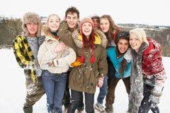 Amigos adolescentes que se divierten en el paisaje Nevado Imágenes de archivo libres de regalías