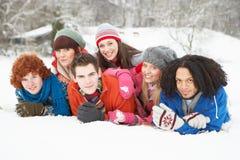 Amigos adolescentes que se divierten en el paisaje Nevado Imagenes de archivo