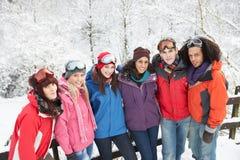 Amigos adolescentes que se divierten en el paisaje Nevado Imagen de archivo