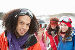Amigos adolescentes que se divierten en el paisaje Nevado Fotografía de archivo