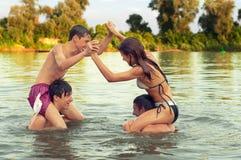 Amigos adolescentes que se divierten en el río Imágenes de archivo libres de regalías