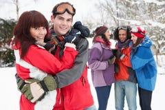 Amigos adolescentes que se divierten en nieve Foto de archivo
