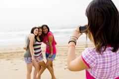 Amigos adolescentes que toman las fotos Foto de archivo