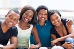 Amigos africanos de la universidad imagenes de archivo