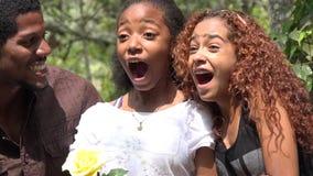 Amigos africanos emocionados en bosque almacen de metraje de vídeo