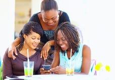 Amigos africanos felices que charlan en red social Foto de archivo libre de regalías