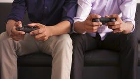 Amigos afroamericanos que juegan a los videojuegos metrajes