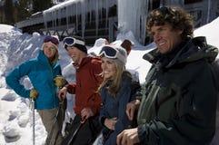 Amigos alegres con Ski Equipment Foto de archivo libre de regalías