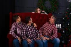 Amigos alegres en la anticipación una magia en una Feliz Navidad Fotos de archivo libres de regalías