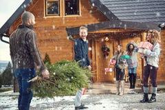 Amigos alegres en la montaña Foto de archivo libre de regalías