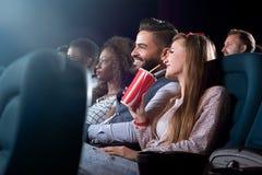 Amigos alegres junto en el teatro de película Fotografía de archivo libre de regalías