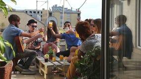 Amigos alegres que brindam em um terraço do telhado filme