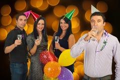 Amigos alegres que celebran Noche Vieja Foto de archivo libre de regalías