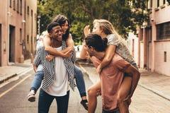 Amigos alegres que gozan al aire libre fotografía de archivo