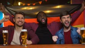 Amigos alemães multirraciais desagradados com fósforo perdedor da equipe de futebol, ansiedade video estoque