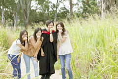 Amigos asiáticos na graduação Fotos de Stock Royalty Free