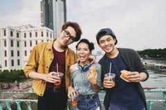 Amigos asiáticos que presentan para la fotografía Imagen de archivo